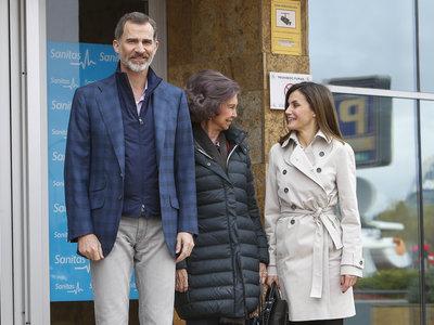 Las Reinas Doña Letizia y Doña Sofía reaparecen juntas para visitar al Rey Don Juan Carlos tras su operación de rodilla
