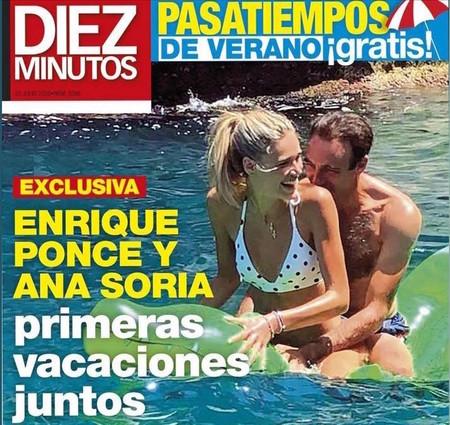 De vacaciones en Mojácar, Enrique Ponce y Ana Soria hacen el trenecito en un cocodrilo hinchable.