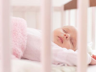 Los cojines antivuelco o posicionadores para la cuna son peligrosos para los bebés por el riesgo de asfixia