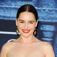 Emilia Clarke y su original coleta: sencilla por delante, especial por detrás