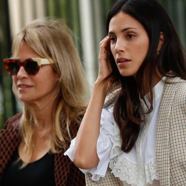 Sassa de Osma y su madre o cómo el traje de chaqueta es el mejor fondo de armario tanto a los 30 como a los 50 años