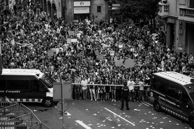 """El """"procés"""" de independencia de Cataluña a través de las imágenes de Fernando Capdepón"""
