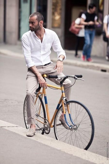 El Mejor Street Style De La Semana La Camiseta Blanca Se Impone Al Look Mas Formal Para El Verano 10
