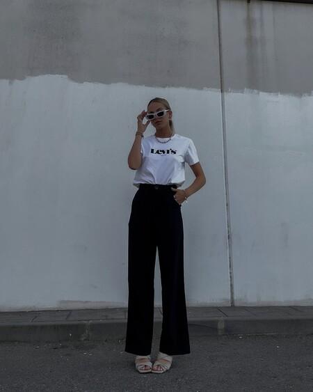 Cinco camisetas blancas con logo que son un básico imprescindible porque combinan con absolutamente todo