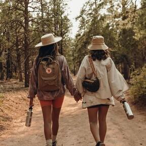 La mochila más trendy es esta de Fjällräven  y la hemos encontrado rebajada en Amazon