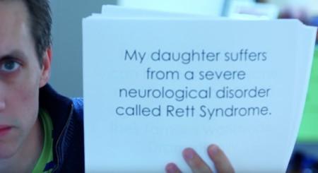 Esta es la historia de la emotiva lucha de un padre por curar el padecimiento de su hija