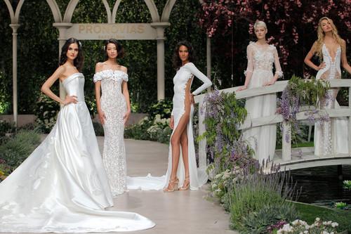 Desfile de Pronovias 2019: los vestidos de novia tan románticos como sensuales con los que vas a querer casarte una y otra vez
