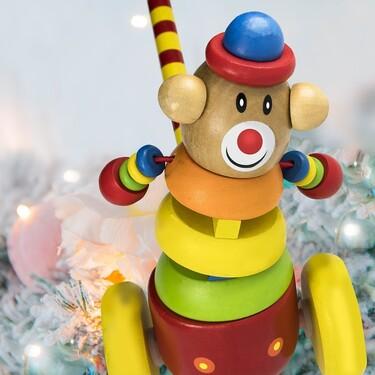 Una pareja de jubilados fabrica 1.400 juguetes de madera para repartirlos entre los niños más necesitados esta Navidad