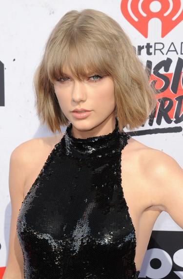 Taylor Swift en plan femme fatale conquista la alfombra roja de los iHeartRadio Music Awards 2016