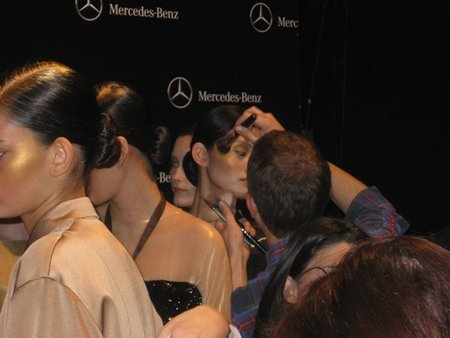 Colores y carreras: dos días en el 'backstage' de la Fashion Week Madrid