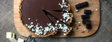 Receta de tarta de chocolate fácil y rápida lista en 15 minutos (con vídeo incluido)