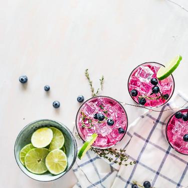 15 cócteles de fruta (con y sin alcohol) que puedes hacer en casa para combatir el calor en las noches de verano