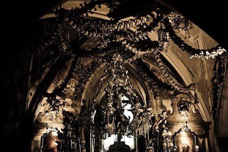 El osario de Sedlec (y III): otros lugares repletos de huesos