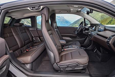 BMW i3s interior con puertas abiertas