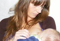 Facebook censura la foto de una madre amamantando a su bebé