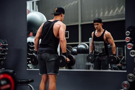 El mejor ejercicio para trabajar bíceps, según la ciencia