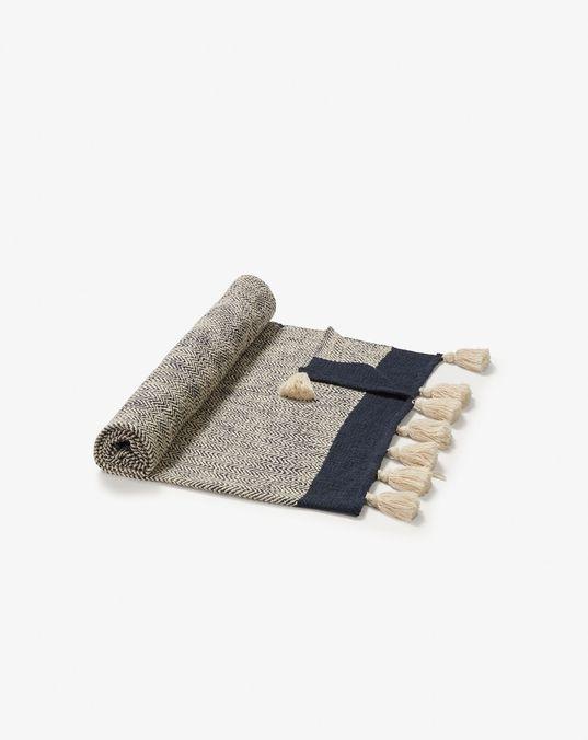 Manta 130 x 170 cm hecha a mano con flecos y confeccionada en 100% algodón azul y beige.