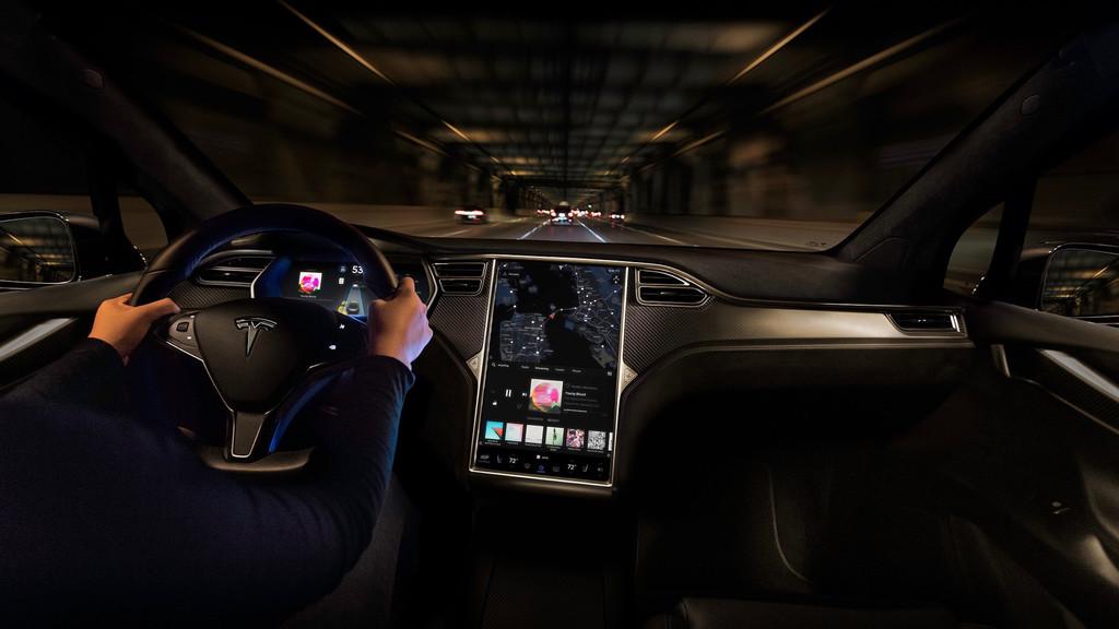 Tesla añadirá Youtube y Netflix en todos sus coches, pero hasta que no llegue la conducción autónoma solo para cuando estemos parados
