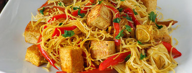 Fideos de arroz con salteado de tofu y pimiento: receta vegana sin gluten (y muy completa)