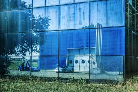 Bugatti EB110 delante de la fábrica