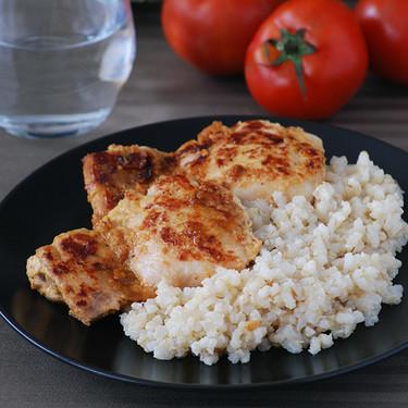 Contramuslos de pollo al yogur con arroz integral especiado: receta fácil