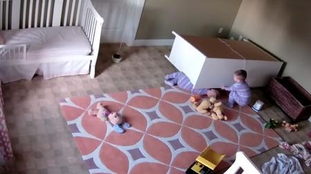 Un bebé de dos años salva a su hermano gemelo de ser aplastado por una cajonera (vídeo)