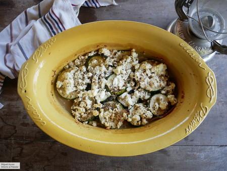 Gratín de calabacines con jamón serrano y queso feta: receta rústica que engancha