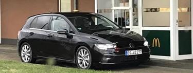 ¡Espiado en McDonald's! El Volkswagen Golf 2020 va por hamburguesas sin camuflaje