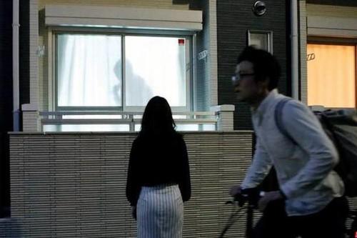 Sombras de hombres cachas en las cortinas, la propuesta japonesa para que nos sintamos seguras