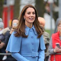 Kate Middleon apuesta por un precioso abrigo capa azul con el que nos anuncia la llegada de la primavera