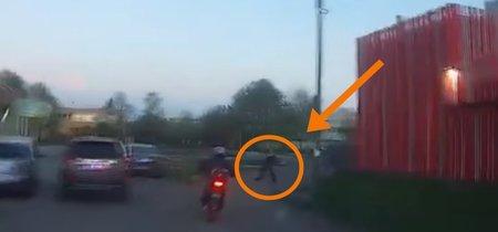 En 3 segundos, una mujer rusa y su bolso te explican cómo neutralizar a un ladrón en moto