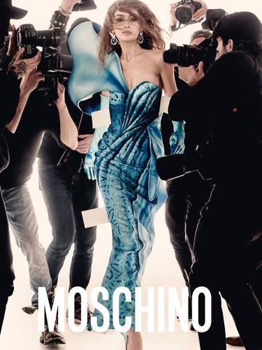 Gigi y Bella Hadid intentan (sin éxito) salvar la fatídica campaña de Moschino