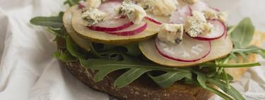 Tosta de rúcula, pera, rabanitos y queso, receta