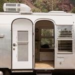 Descubre una caravana vintage transformada en un exquisito hogar de 13 metros cuadrados que nos inspira