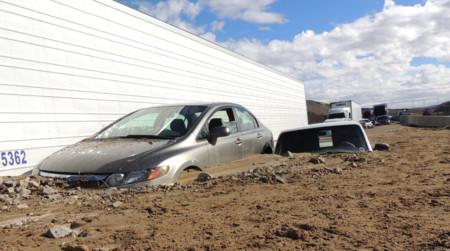 Mira cómo una avalancha de barro sepulta 200 coches en California