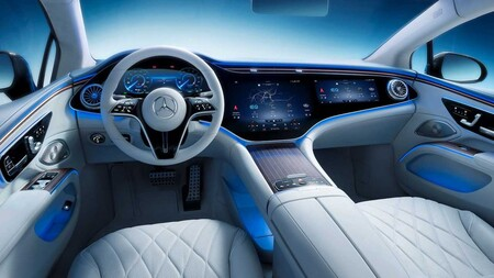 """El Mercedes-Benz EQS incluye la Hyperscreen y es casi un spa: asientos masajeadores con piedras calientes y sensores para """"saber"""" tu humor"""