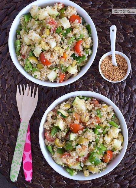Ensalada de quinoa con calabacín, aceitunas, jalapeños y linaza
