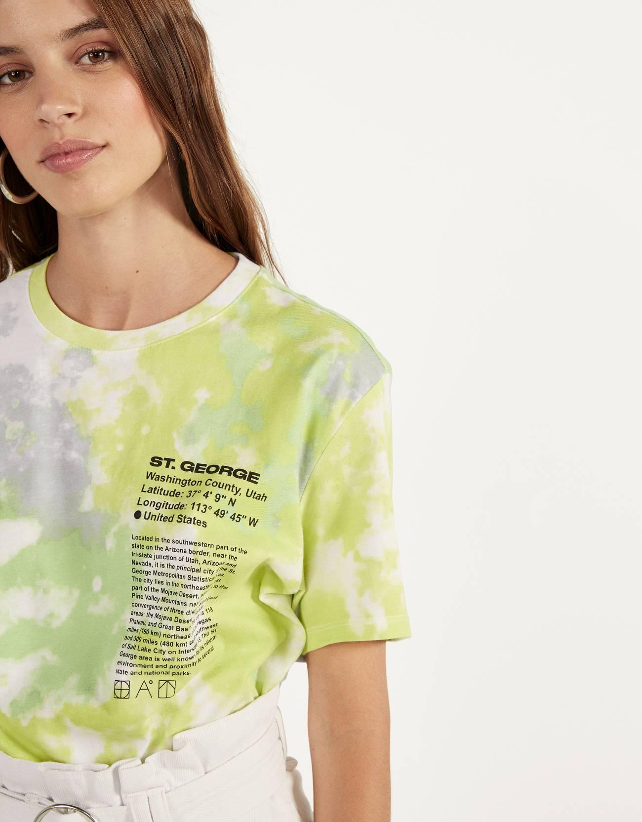 Camiseta con mensaje y estampado desteñido