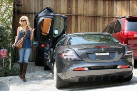 Paris Hilton con su Mercedes SLR