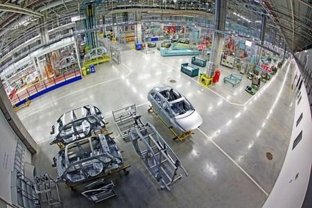 Mercedes-Benz paraliza su fábrica en Hungría por amenaza de bomba