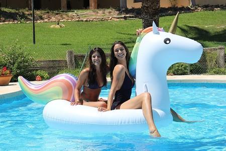 Farda en la piscina con el flotador gigante de unicornio Raphael: 39,50 euros sólo hoy hasta medianoche en Amazon