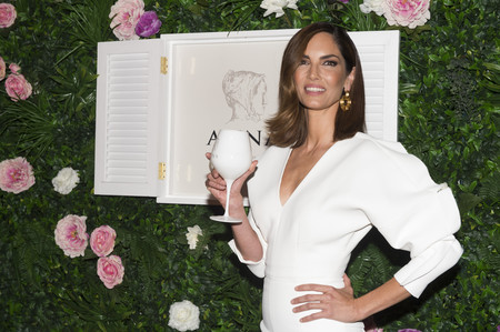 Eugenia Silva eclipsa con este mini-vestido blanco y radiante en plena Semana de la Moda de Madrid