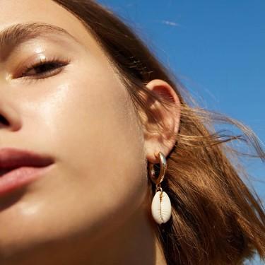 Perlas y conchas: las tendencias de pendientes del verano según Zara y Mango
