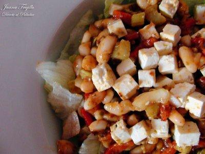 Ensalada de judías blancas, queso feta y pimiento. Receta