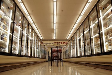 Francia castigará a los supermercados que tiren alimentos