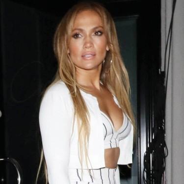 Jennifer Lopez luce abdominales perfectos con un conjunto de lo más veraniego y muy «low cost» (¡menos de 50 euros!)