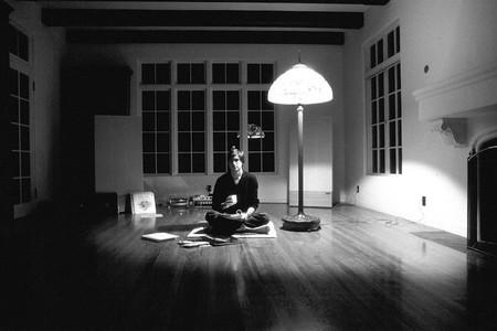 Steve Jobs sentado en salón