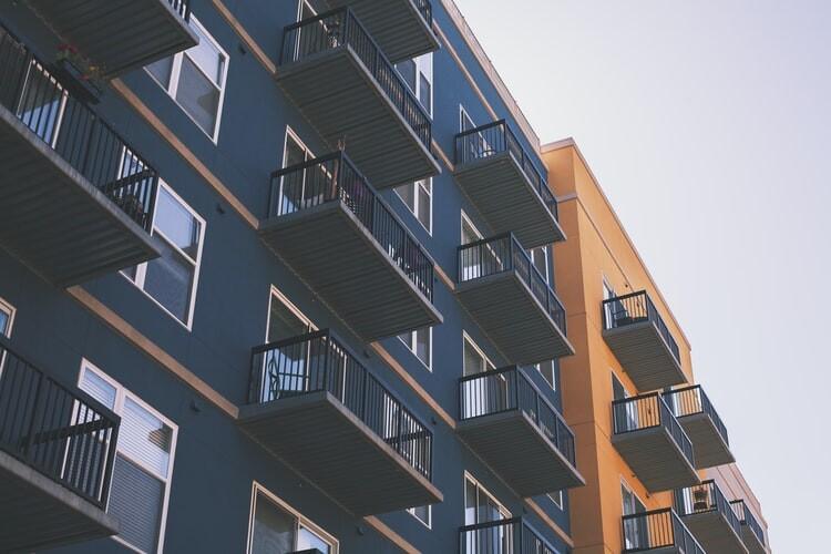 Criticar un piso en un foro es libertad de expresión: la Audiencia Provincial tumba la acusación de una inmobiliaria contra dos usuarios