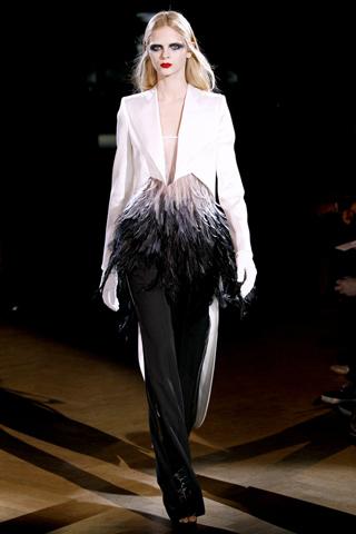 Foto de Givenchy Alta Costura Primavera-Verano 2010: una colección dominada por las transparencias (3/17)