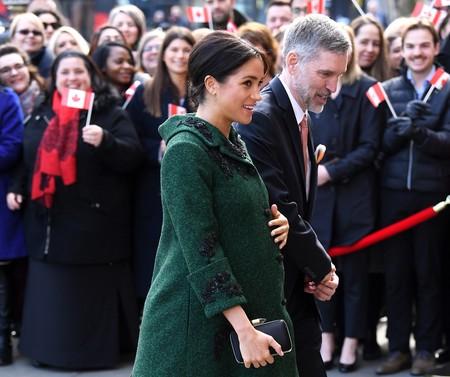 Meghan Markle inicia la cuenta atrás para la llegada del bebé real con un abrigo verde ideal